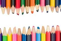 Farbige Bleistifte mit Raum für Text in der Mitte auf einem weißen BAC Stockbild