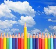 Farbige Bleistifte mit schönem blauem Himmel und Weiß Stockbilder