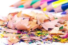 Farbige Bleistifte mit Schnitzeln Lizenzfreies Stockfoto