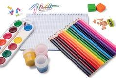Farbige Bleistifte, Notizblock und Schulzubehör Stockfotografie