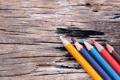 Farbige Bleistifte oder Zeichenstifte auf altem Bretterboden Stockfotografie