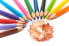 Farbige Bleistifte ordneten im Halbrund an Stockbild