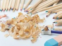 Farbige Bleistifte, Radiergummi und Bleistiftspitzer Stockfotografie
