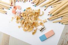 Farbige Bleistifte, Radiergummi und Bleistiftspitzer Stockfotos