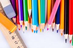 Farbige Bleistifte, Radiergummi und Machthaber Stockfotografie