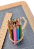 Farbige Bleistifte, Regel und Schiefer Lizenzfreie Stockfotos