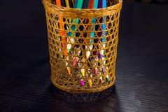 Farbige Bleistifte sind durch ein Weidenglas sichtbar Stockbild