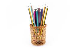 Farbige Bleistifte sind durch ein Weidenglas sichtbar Lizenzfreie Stockbilder