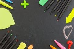 Farbige Bleistifte, Stifte, Papier für Anmerkungen Stockbilder