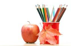 Farbige Bleistifte und Apfel Lizenzfreie Stockfotografie