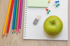 Farbige Bleistifte und Apfel Lizenzfreies Stockbild