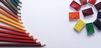farbige Bleistifte und Aquarell Stockfotografie