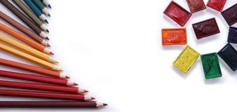 farbige Bleistifte und Aquarell Stockfotos