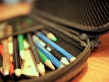 Farbige Bleistifte und Art Supplies falls Lizenzfreie Stockfotos