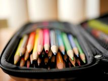 Farbige Bleistifte und Art Supplies falls Stockbild
