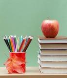Farbige Bleistifte und Bücher Lizenzfreie Stockfotografie
