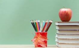 Farbige Bleistifte und Bücher Stockfotografie