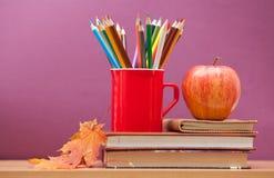 Farbige Bleistifte und Bücher Lizenzfreie Stockfotos