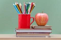 Farbige Bleistifte und Bücher Stockbild