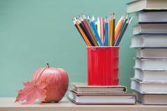 Farbige Bleistifte und Bücher Stockbilder
