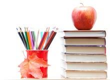 Farbige Bleistifte und Bücher Stockfoto
