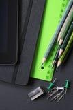 Farbige Bleistifte und Büroklammern Stockbilder