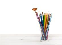 Farbige Bleistifte und Bürsten, zum in Glas zu zeichnen Lizenzfreie Stockfotos