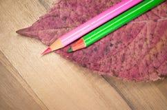 farbige Bleistifte und Blatt Stockbild