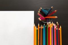 Farbige Bleistifte und Blatt Papier Lizenzfreie Stockfotos
