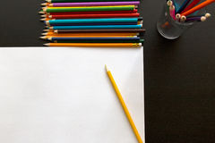 Farbige Bleistifte und Blatt Papier Stockbilder