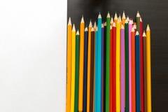 Farbige Bleistifte und Blatt Papier Lizenzfreie Stockbilder