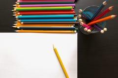 Farbige Bleistifte und Blatt Papier Lizenzfreies Stockfoto