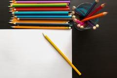 Farbige Bleistifte und Blatt Papier Lizenzfreies Stockbild