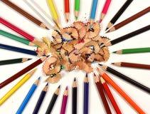 Farbige Bleistifte und Bleistiftschnitzel Lizenzfreie Stockfotografie