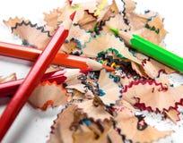 Farbige Bleistifte und Bleistiftschnitzel Stockbild