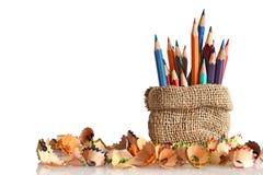 Farbige Bleistifte und Bleistiftschnitzel Stockbilder
