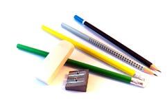 Farbige Bleistifte und Bleistiftspitzer Stockfotos