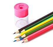 Farbige Bleistifte und Bleistiftspitzer Lizenzfreie Stockbilder