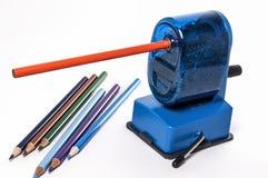 Farbige Bleistifte und Bleistiftspitzer Lizenzfreie Stockfotografie