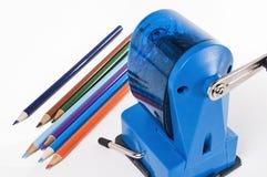 Farbige Bleistifte und Bleistiftspitzer Lizenzfreies Stockfoto