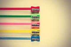 Farbige Bleistifte und Bleistiftspitzer Lizenzfreies Stockbild