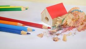 Farbige Bleistifte und Bleistiftspitzer Stockfoto