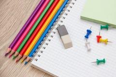 Farbige Bleistifte und Briefpapier Stockfotografie