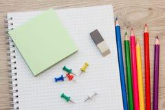 Farbige Bleistifte und Briefpapier Stockfotos