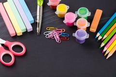 Farbige Bleistifte und Briefpapier Lizenzfreies Stockfoto