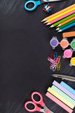 Farbige Bleistifte und Briefpapier Stockfoto