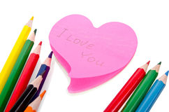 Farbige Bleistifte und ein Blatt Papier Stockfotografie