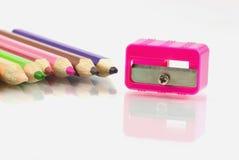 Farbige Bleistifte und ein Bleistiftspitzer Lizenzfreies Stockfoto