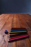 Farbige Bleistifte und ein Bleistiftspitzer Stockfoto