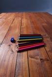 Farbige Bleistifte und ein Bleistiftspitzer Stockfotografie